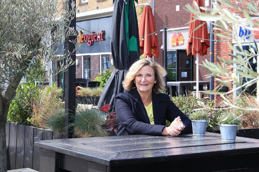 """Karin Bouwmeister op een terras op het Remigiusplein in Duiven: """"Het maatwerk dat nodig is moeten we kunnen leveren."""""""
