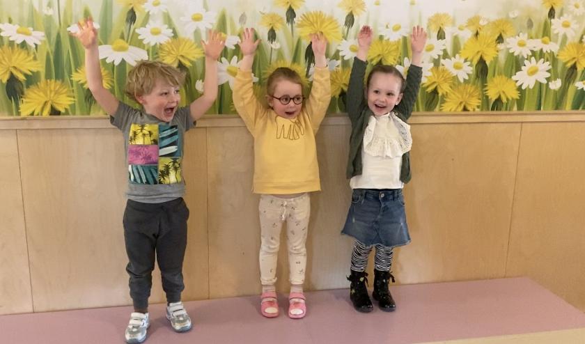 Met een wave laten de kinderen en medewerkers zien dat zij heel blij zijn dat alles weer van start gaat. Eigen foto