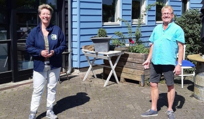 Sandra Rigter, vrijwilligerscoördinator van Elk Welzijn en Ab Haring (62), vrijwilliger. Ab is een van de drijvende krachten. (foto: Jan Woldberg)