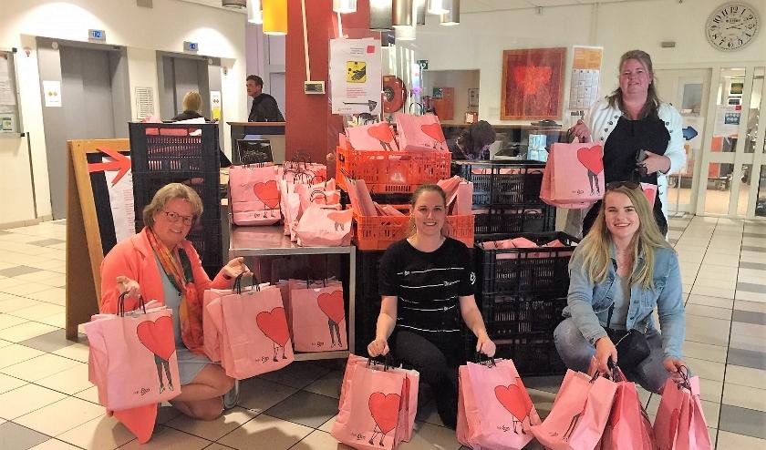 De cadeautasjes van de Etosactie werden in ontvangst genomen door Leni Hoogendoorn.