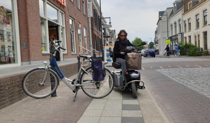 Met de rolstoel of scootmobiel door de Bommelse binnenstad rijden is sinds kort een uitdaging: kan ik langs die fietsen of niet?