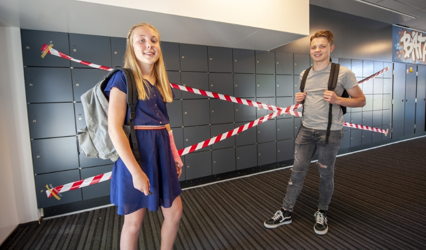 Eerstejaars Louise Lutke Holzik (13 jaar) en vierdejaars havo-leerling Sembudi de Boer (15) van het Hengelose Bataafs Lyceum zijn er klaar voor. (Foto: Robert Hoetink)