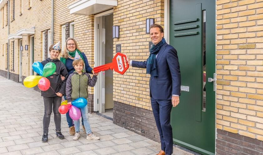 Mevrouw Timmerman en haar zoons nemen vol trots de sleutel van hun nieuwe woning in Hof van Bilthoven in ontvangst van Danny Visser van SSW. Foto Hans Lebbe