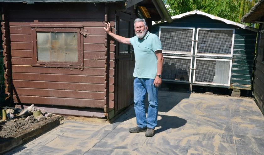 Beheerder Dirk de Jong van de kinderboerderij bij het materiaalhok dat ook nodig vervangen moet worden. De bestrating aan die kant is juist opnieuw aangelegd. (Foto: Paul van den Dungen)