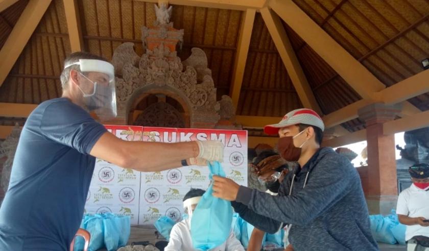 Rodney Westerlaken deelt voedselpakketten uit op het Indonesische eiland Bali dat economisch zwaar getroffen is door het coronavirus.