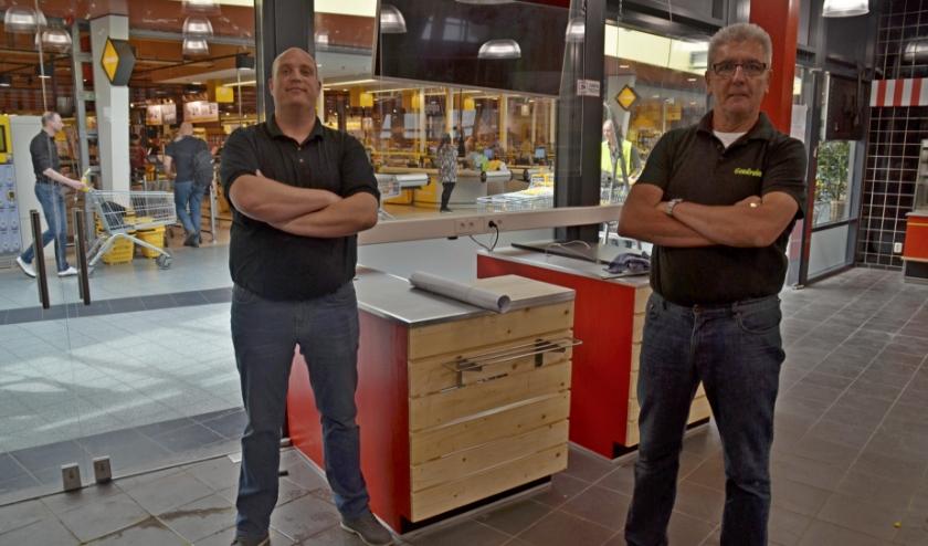 Bedrijfsleider Ronald Hakstege (links) en Jan van Brakel zijn dolblij weer terug te zijn in winkelcentrum Tarthorst (foto Jan Boer)