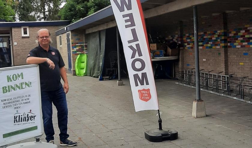 Wim Rouw van het kernteam van Inloophuis De Klinker heet vooral de trouwe bezoekers welkom.