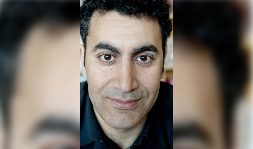 Mohammed Benzakour is, naast schrijver, columnist, essayist, socioloog, schaker, imker, visser en amateurastronoom. Eigen foto