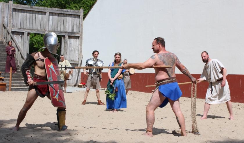 In de arena heeft de gladiator een extra lange drietand als wapen.Nog steeds leuk, vinden de kinderen. FOTO: Morvenna Goudkade