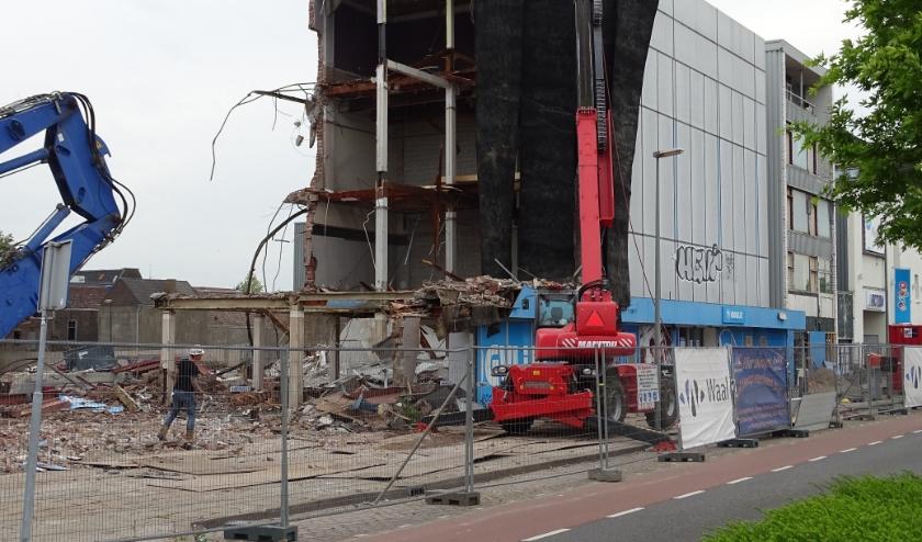 Nog even en er is van de voormalige oliegoedfabriek (en later meubelwinkel en supermarkt) aan de Parallelweg niets meer over. (foto: DPG/gsv)