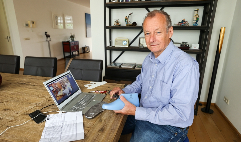 Veldhovenaar Wil van Bakel die middels videovergaderingen internationaal werkt aan de ontwikkeling van een product in deze lastige tijd. FOTO: Bert Jansen.