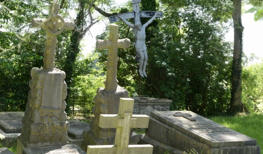 Duidelijk is te zien dat er voldoende restauratiewerk moet worden verricht op het monumentale kerkhofje. De grafstenen zijn begroeid met mos en teksten zijn niet meer te lezen.