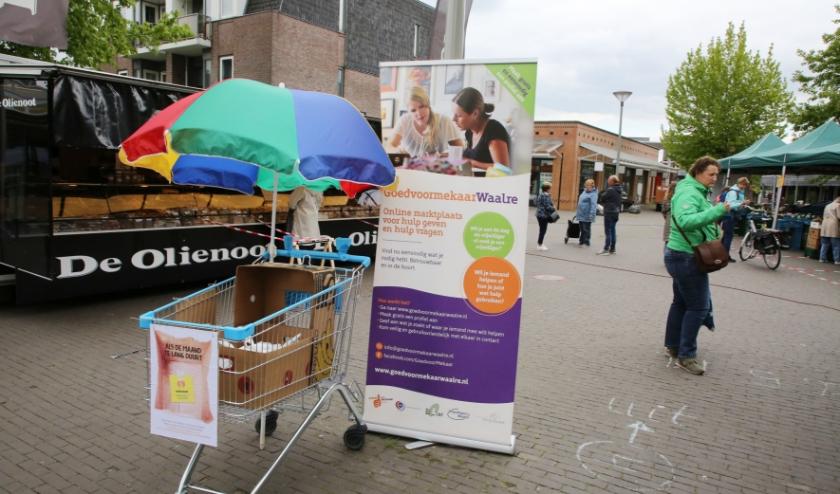 Iedere dinsdag staat er voor inzameling van producten een kar tijdens de dinsdagmarkt op plein Den Hof.