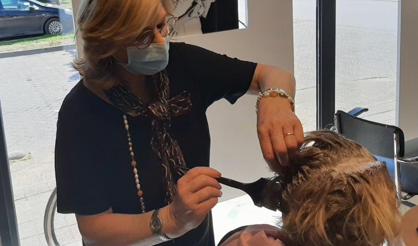 Marion van Neerbos, eigenaresse van een kapsalon in Tiel, heeft met haar team de handen vol aan de grote toestroom van klanten.
