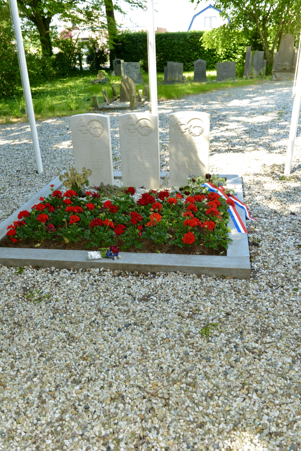 Goed verzorgd is wel het graf van de omgekomen vliegeniers. Foto:                                      © DPG Media