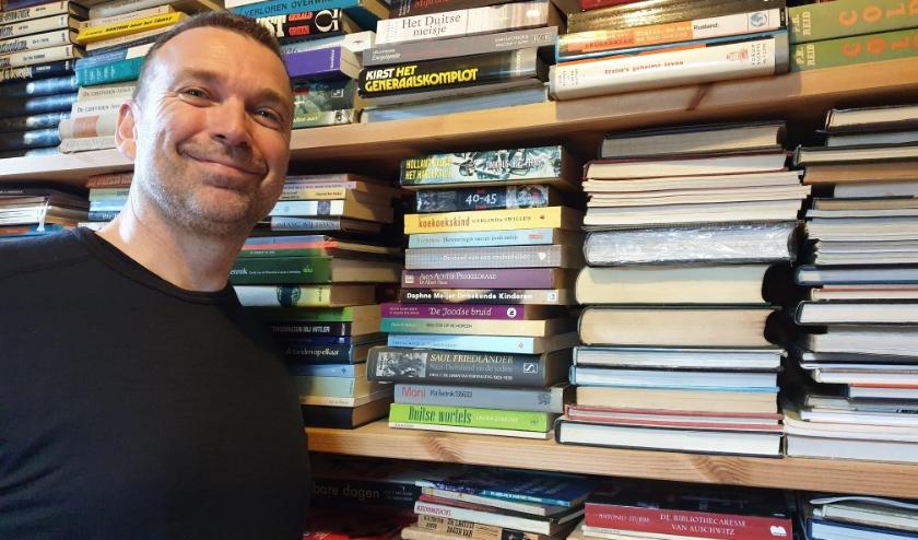 Huibert van Verseveld bracht eind vorig jaar zijn eigen boek uit en verkoopt nu zijn privéverzameling boeken.