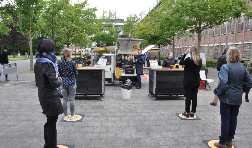 Geduldig wachten de RIVM-medewerkers op hun bestelling bij Brechje. FOTO: Julie Houben