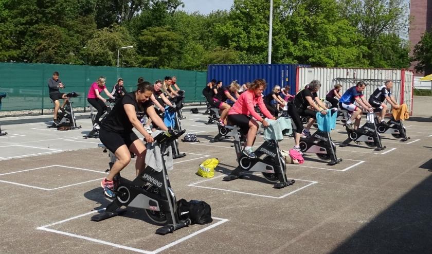 Bij Sportcentrum Vlaardingen aan de Zwanensingel staan de spinningfietsen en andere fitnesstoestellen nu buiten. (foto: DPG/gsv)