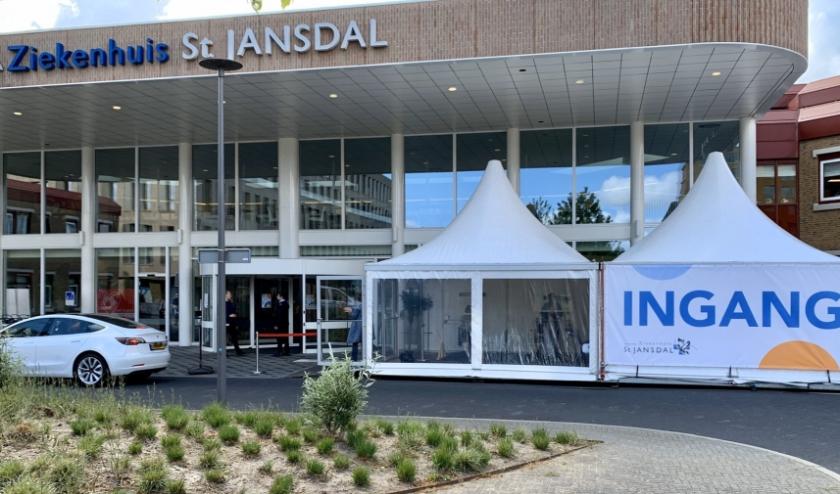 Witte tenten vormen de tijdelijke hoofdingang in Harderwijk.