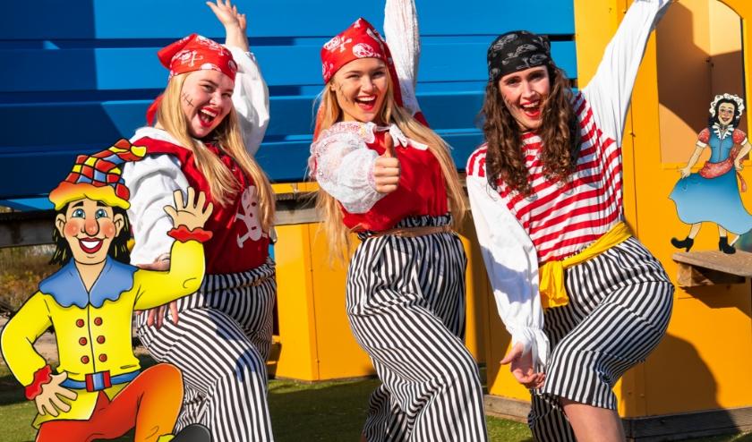 Zeerovers dansen de piratendans met kinderen tijdens het Roversweekend