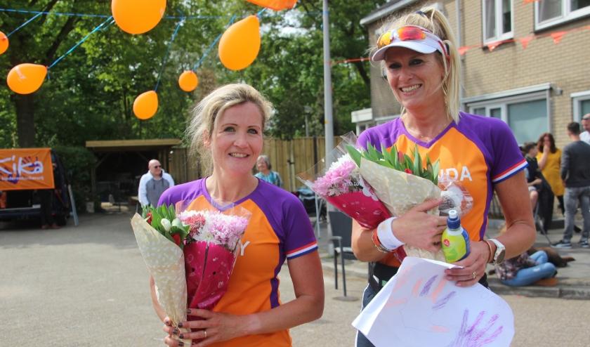 Miranda en Wendy waren blij verrast toen ze in Almelo aankwamen en aldaar een kleine huldiging kregen van de buurt