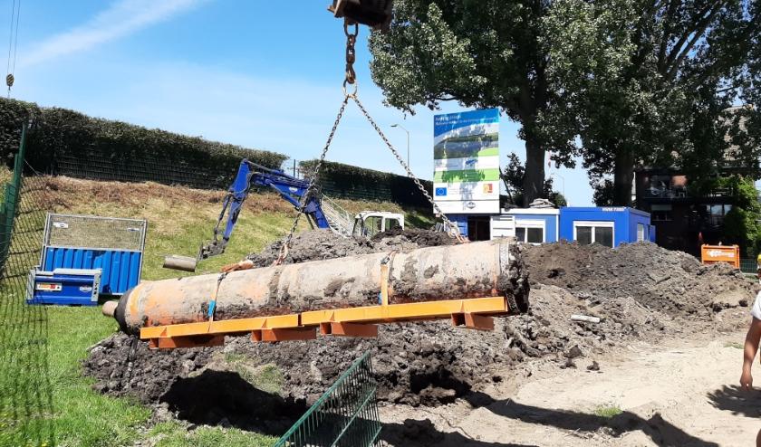 De buis van ruim een halve meter diameter is met een enorme boor door de dijk heen geperst. Foto: PR