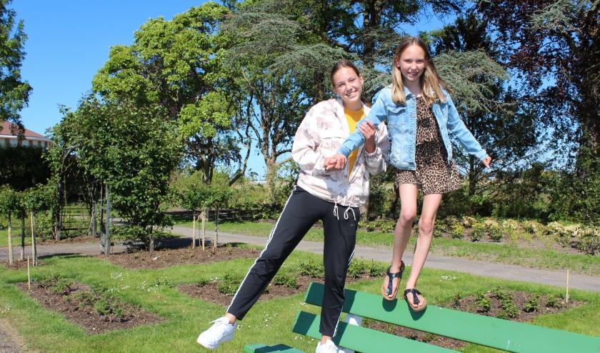 Jara (links) en Fenne Bakhuijzen konden niet naar turnen, maar zijn wel blijven oefenen. FOTO: Morvenna Goudkade.