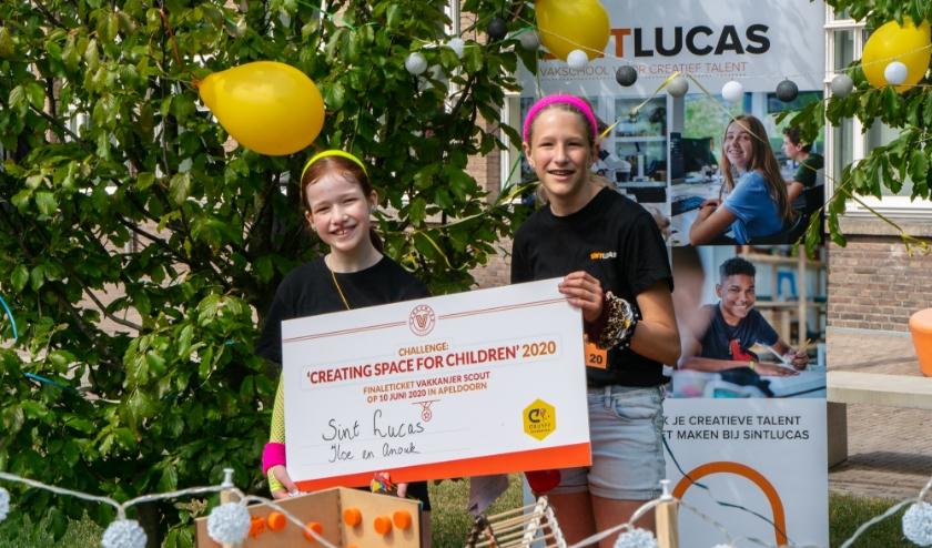 """Anouk en Ilse van het Sint Lucasuit Eindhoven sleepten het finaleticket binnen. Ilse: """"We hadden het schoolplein helemaal versierd met slingers en ballonnen."""""""