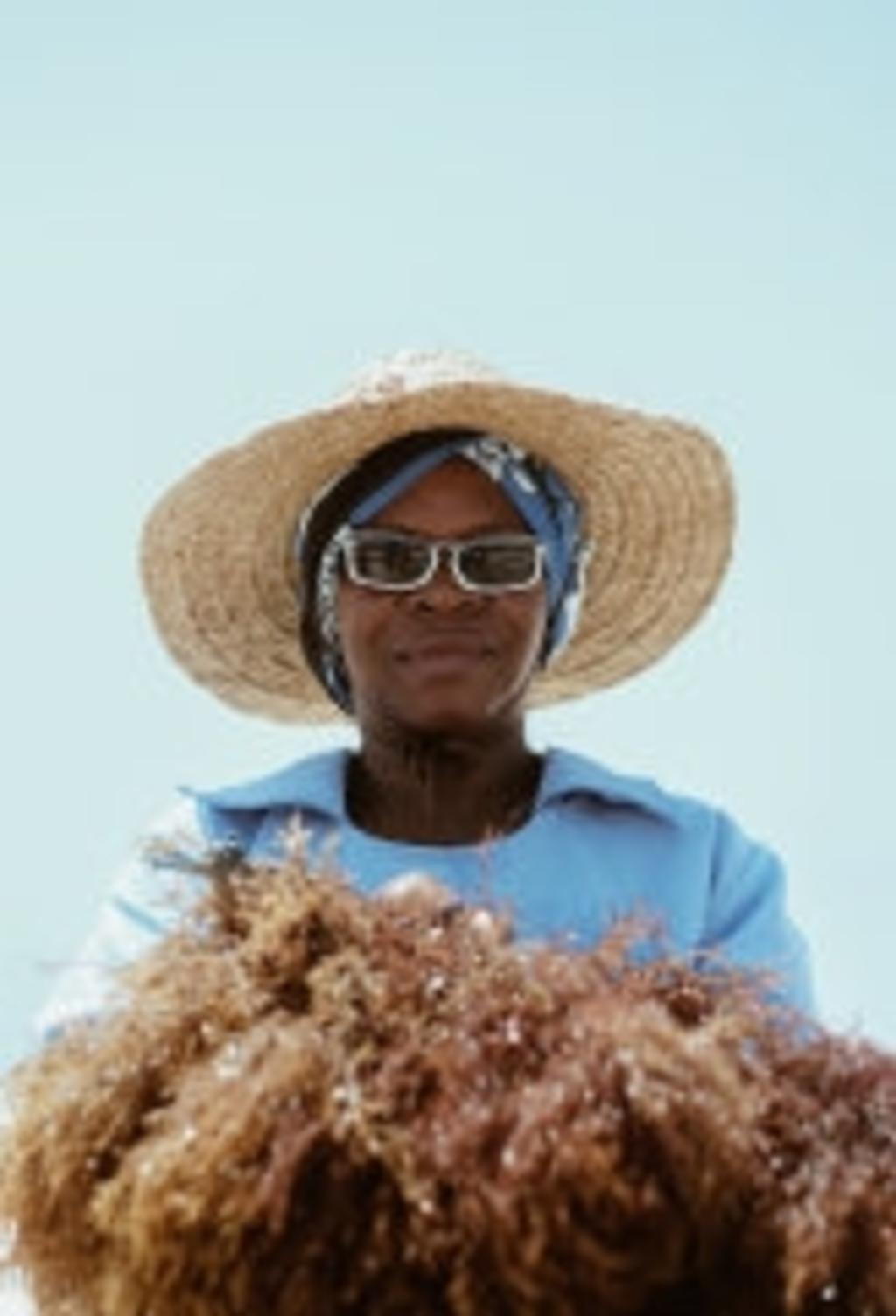 Zanzibar's Seaweed Farmers. Deze foto maakt deel uit van de nieuwe expositie 'Door de lens van - hedendaagse fotografen uit Afrika'. (Foto: : Khadija Farah - Kenia), Foto:  © DPG Media