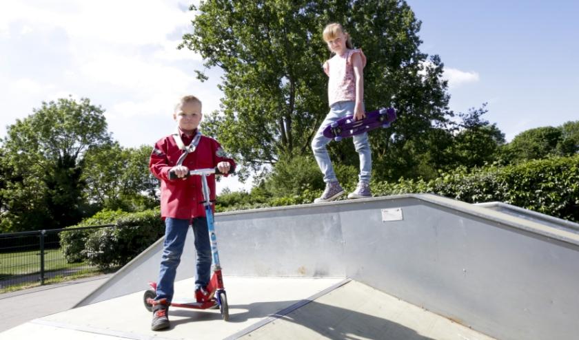 Daan en Iza Meulenbroek bij de skatebaan, waar ze graag komen. FOTO: Jurgen van Hoof.