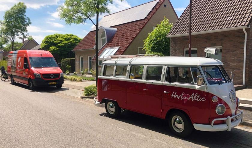 De bekende rood-witte VW-bus van presentatrice Wendy van Dijk met daarachter een bestelwagen van Stella voor de deur van het jonge gezin.