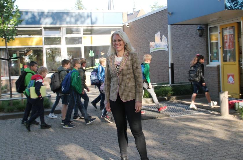 """Directeur Annemieke Miltenburg van IKC Joannes in Groessen en basisschool Bernadette in Loo: """"We hebben grote schoolpleinen, zodat we ons zoveel mogelijk kunnen houden aan de afstandsregel."""""""