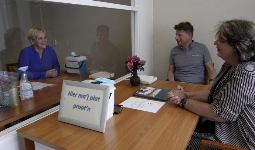 Gerdien Sloot van WZC Brinkhoven (links) Jan Hulleman (voorzitter) en Marielle Karssing van Rotaryclub Hattem-Heerde.
