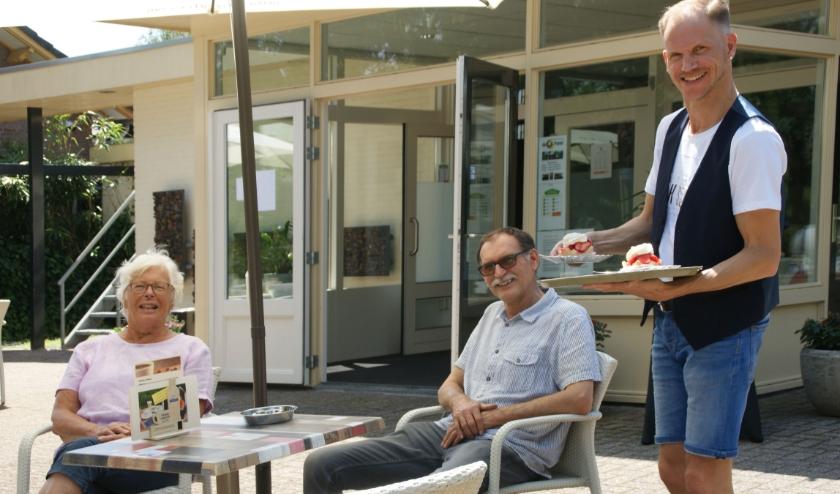 In de zomermaanden kun je op het terras bij De Parel even bijtanken.