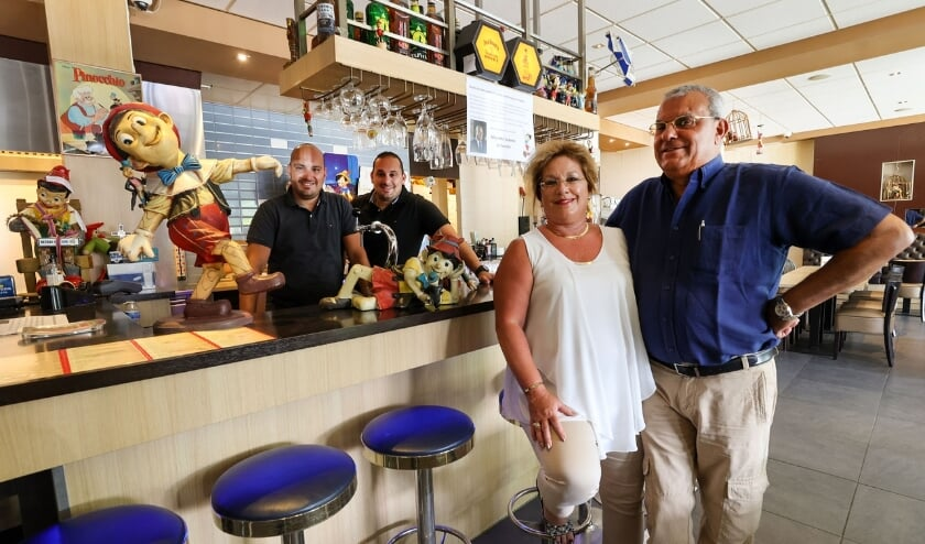 Van links naar rechts trots poserend: Matthew, Jeff, Charlotte en Mariette Salama. (Foto: Bert Jansen).