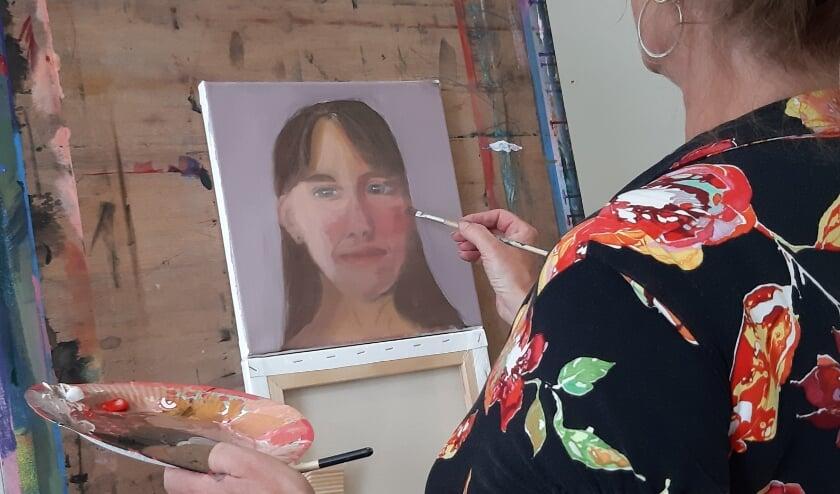 Cursist Simone tijdens een zomerworkshop Portretschilderen in Zeist