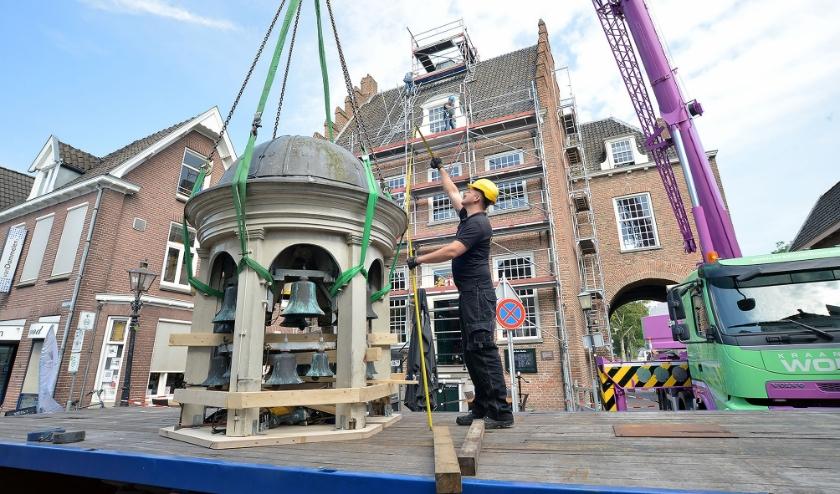 De dakruiter met daarin het carillon is voor groot onderhoud van het Oude Stadhuis gehesen. (Foto: Paul van den Dungen)