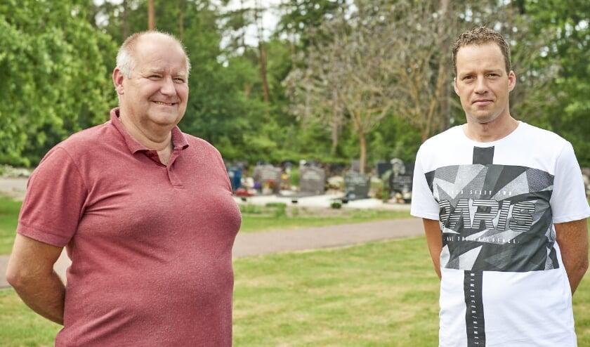 Jan Niebeek (l) en Johan Vermeulen, beheerders van de begraafplaatsen in Nunspeet en Elspeet.