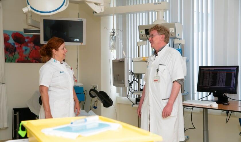 Verpleegkundig specialist Francoise van de Ven (links) en uroloog Evert Koldewijn in gesprek met elkaar. (Foto: Bas Smits Fotografie).