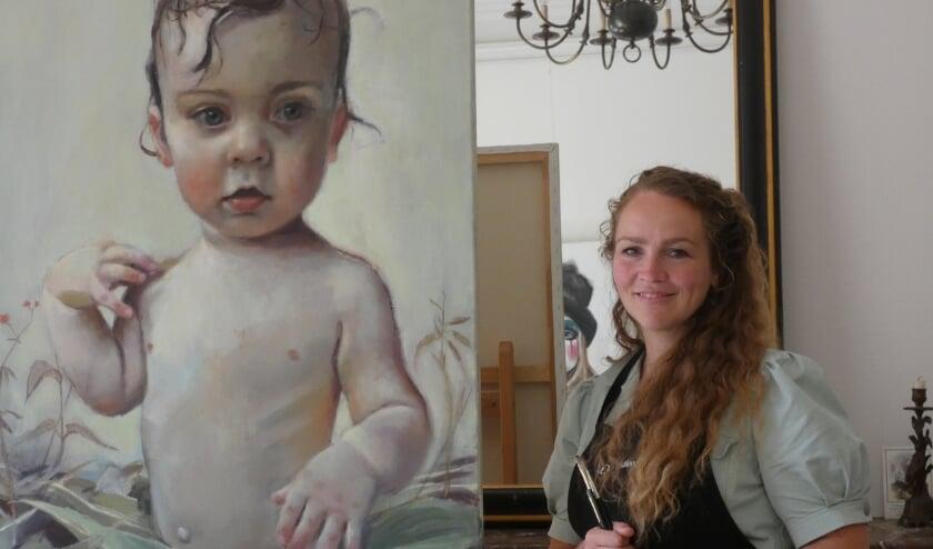 Daniëlle Rink met een van haar portretten.