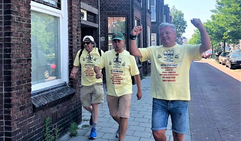 Drie zelfstandig reisagenten bieden op vrijdag 26 juni de petitie 'Help de reisbranche overleven' aan op het Binnenhof.
