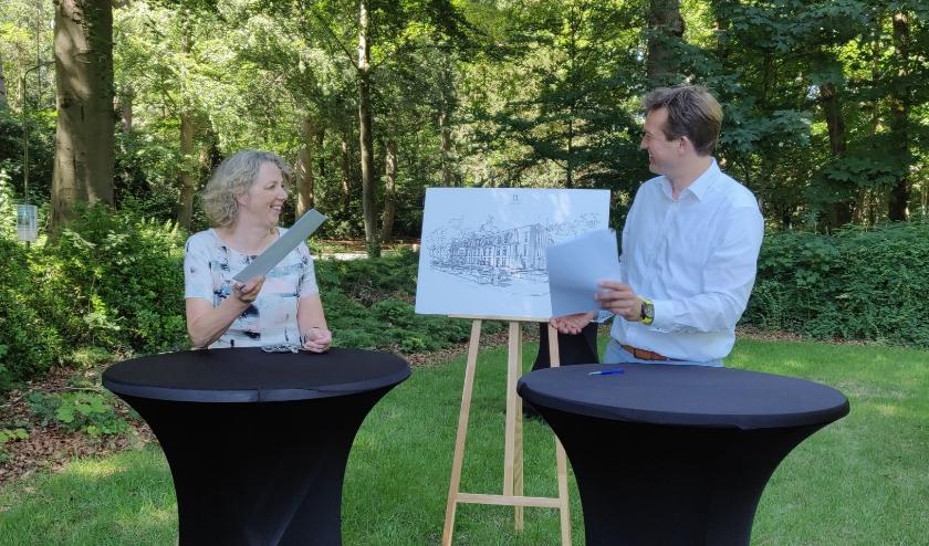 Ondertekening intentieverklaring door Iris Uittien (UWOON) en Harwil de Jonge, (Heijmans Vastgoed).