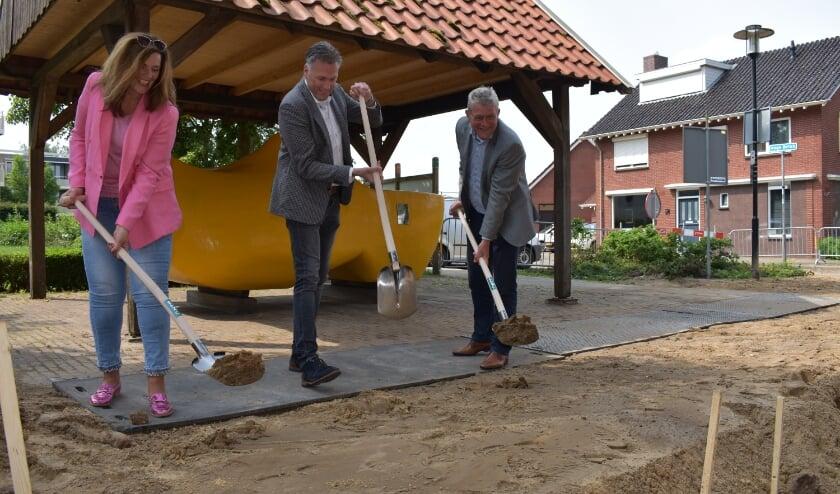 <p>Janneke Velten van de co-creatiegroep, directeur Sander Heitbaum van NTP en wethouder Coes hebben in juni de eerste schop in de grond gezet. </p>