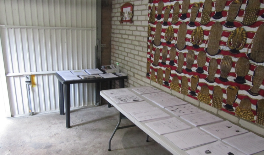 In de garage van Jos en Jo Frantzen liggen de stapeltjes met lessen klaar om opgehaald te worden.