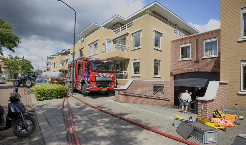 De brandweer, post Luyksgestel, was uren bezig met het oppompen van het water uit de parkeerkelder. Foto: Jurgen van Hoof.