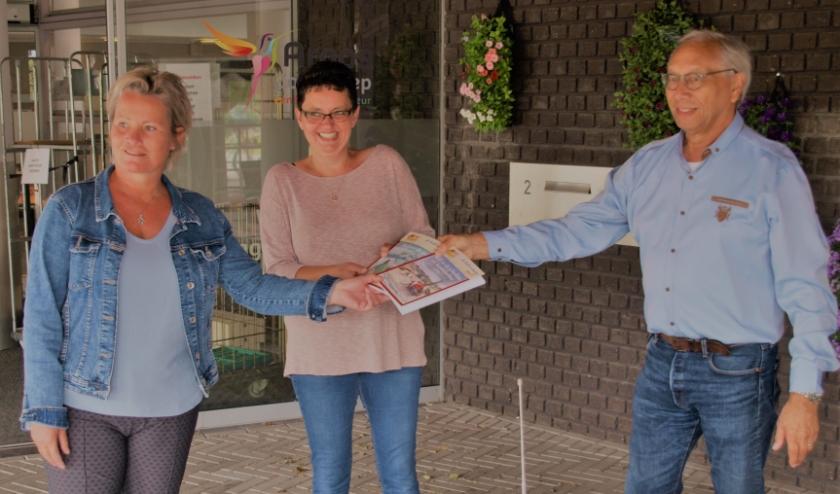 Ruud de Jong bedankt personeel van Argos als dank voor hun goede zorgen voor Albrandswaard's ouderen. Foto: Aad Niehot