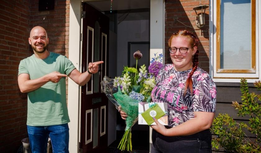 Jennifer Proost van het Albeda Horecacollega wint de mbo-editie van Er Was Eens 2020 en krijgt de prijs van Derek Otte. (beeld: Marco De Swart)