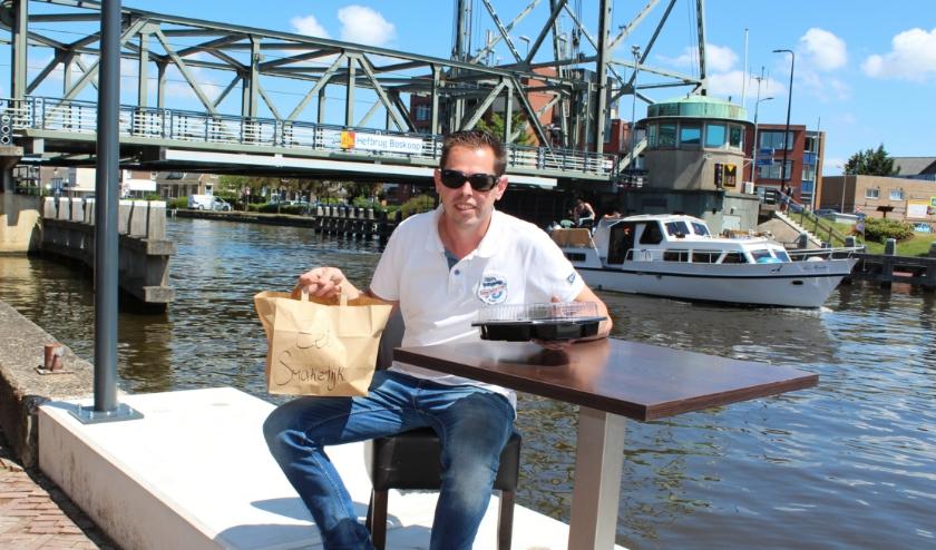 Horeca-ondernemer Alex Lourier heeft tijdens de sluiting van zijn restaurant een succesvolle afhaalservice opgezet. FOTO: Morvenna Goudkade