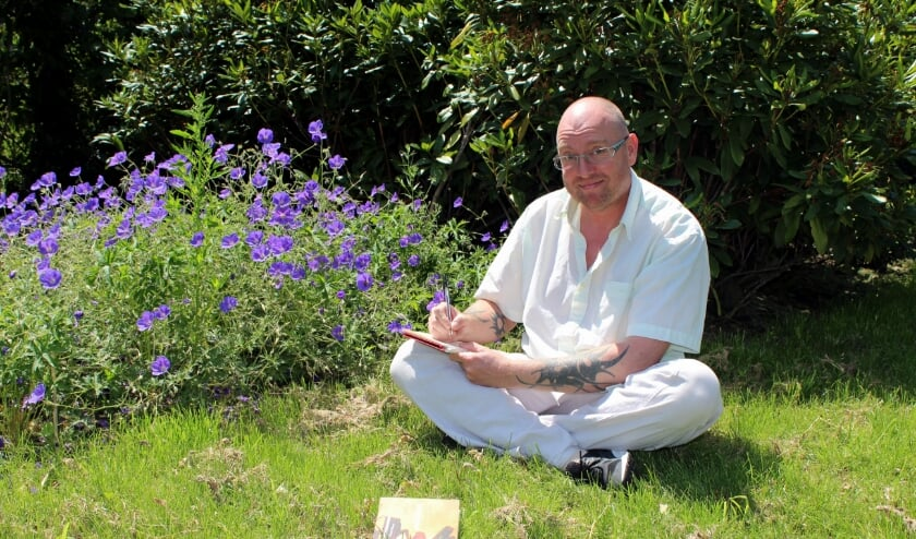 Richard Willemse schrijft gedichten liefst in de natuur. Vrijdag 3 juli verschijnt zijn bundel 'Dichten doet verlichten'. FOTO: Morvenna Goudkade