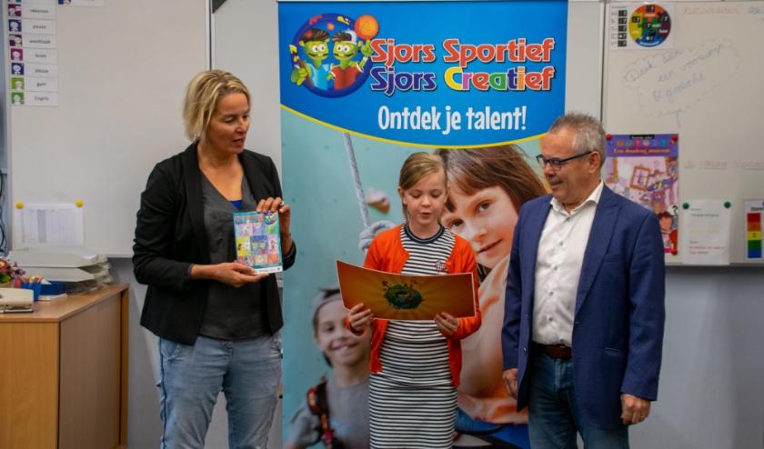 Benthe was de winnares van de tekening van de kaft in 2019. Links wethouder Janine Kock, rechts wethouder Bert Kuster.